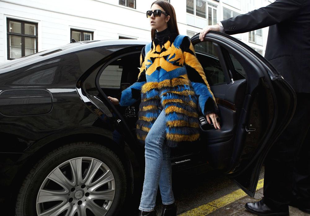 lady fur a Copenhagen con pelliccia lunga colorata