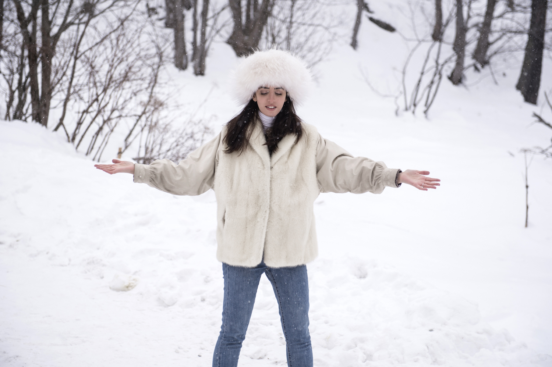 lady fur in montagna pellicca bianca