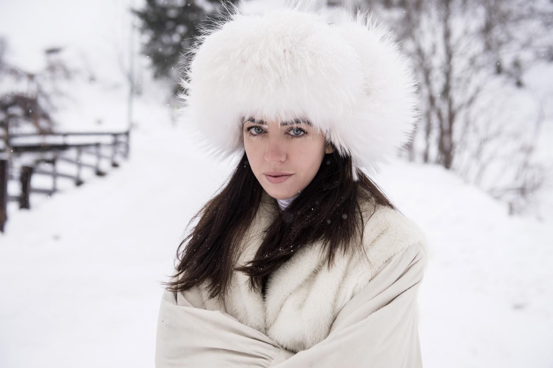 lady fur ritratto con cappello in pelliccia chanel